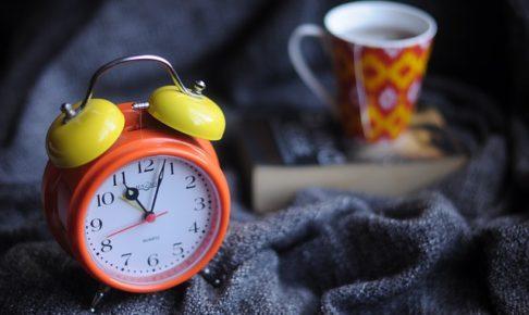 時計、カップ